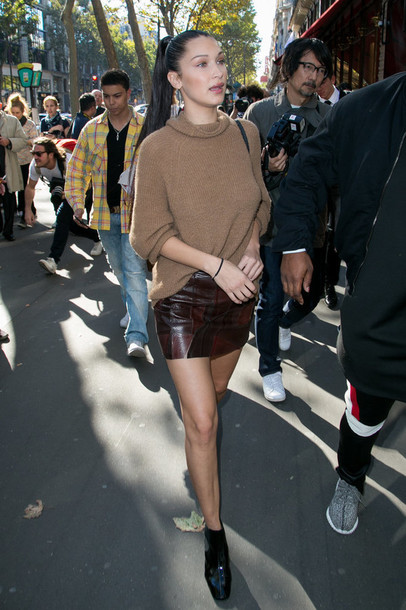 sweater skirt leather skirt bella hadid spring outfits mini skirt ankle boots model off-duty streetstyle