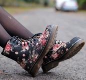shoes,boots,floral,laceups,black,black combat boots,DrMartens,combatboots,black flowers grunge shose bottines,flowers,floral shoes,lace up,floral boots,floral combat boots,combat boots,floral print shoes,black shoes,flowery shoes
