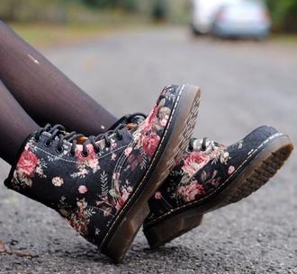 shoes boots floral laceups black black combat boots drmartens combatboots black flowers grunge shose bottines flowers floral shoes lace up floral boots floral combat boots combat boots floral print shoes black shoes flowery shoes