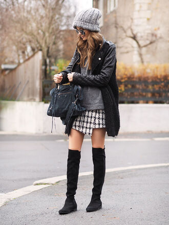 stylista blogger bag winter outfits knitted beanie asymmetrical coat quilted houndstooth