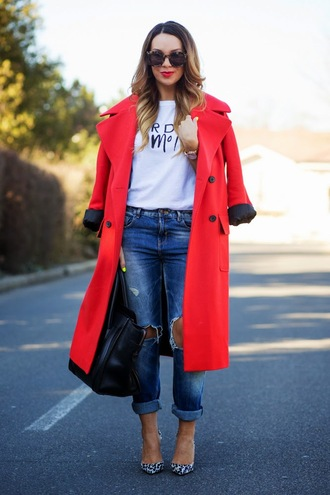 cashmere in style blogger sunglasses red coat white t-shirt ripped jeans black bag spring outfits