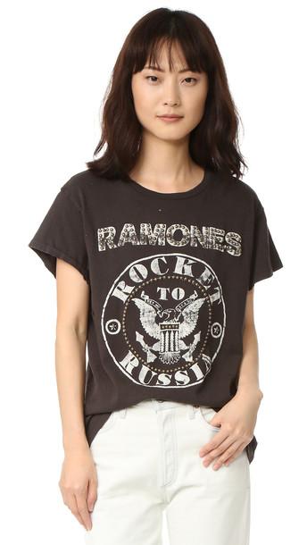 78651d11 MADEWORN ROCK Madeworn Rock Ramones Rocket To Russia Tee - Dirty Black