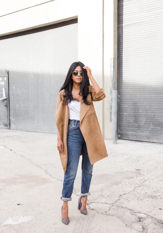 walk in wonderland blogger sunglasses beige coat boyfriend jeans white top grey heels le fashion image jacket t-shirt jeans shoes