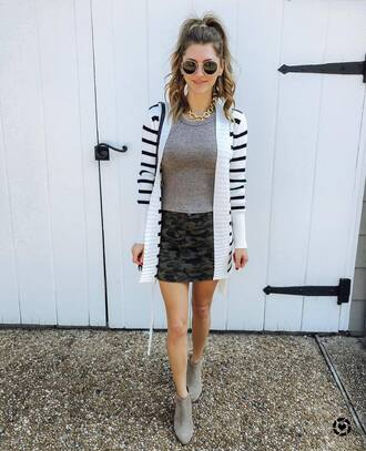 cardigan white cardigan top grey top skirt multi skirt shoes grey shoes sunglasses black sunglasses necklace gold necklace sweater jewels