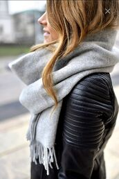 scarf,jacket,leahter jacket,pinterest,pinterest clothes,le fashion image,blogger,grey scarf,black leather jacket,winter scarf,cashmere in style,casual,infinity scarf,winter outfits,winter swag,teenagers,basic,cotton,celebrity style