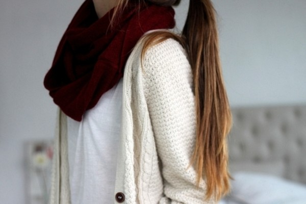 scarf infinity scarf burgundy cream cardigan jacket sweater burgundy whit shirt creamy jacket cardigan pull gilet t-shirt white t-shirt outfit whithe cotton sweater amazing