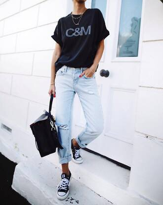 t-shirt tumblr black t-shirt necklace gold necklace jewels jewelry gold jewelry denim jeans light blue jeans sneakers black converse converse low top sneakers black sneakers bag black bag