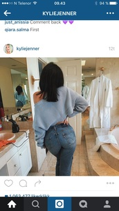 jeans,kylie jenner,levi's,sweater,light blue knit,top,oversized sweater,blue sweater,off the shoulder,skinny jeans,kardashians