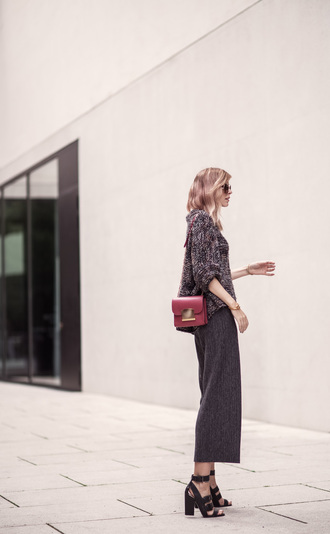bekleidet blogger jewels sunglasses mini bag burgundy wide-leg pants thick heel black heels office outfits