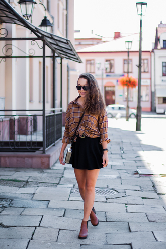 kolorowa dusza blogger shirt skirt bag jewels belt shoes checkered checkered shirt black sunglasses sunglasses mini skirt black skirt brown boots boots ankle boots