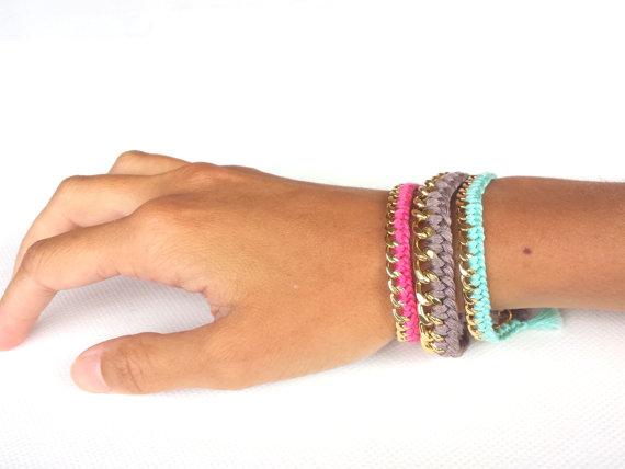 Trio bracelets chaîne dorée et fils de coton tressés par bumblu