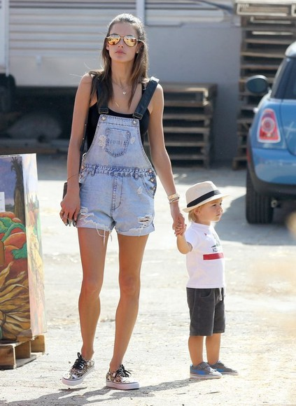 alessandra ambrosio summer outfits shorts denim overalls sneakers