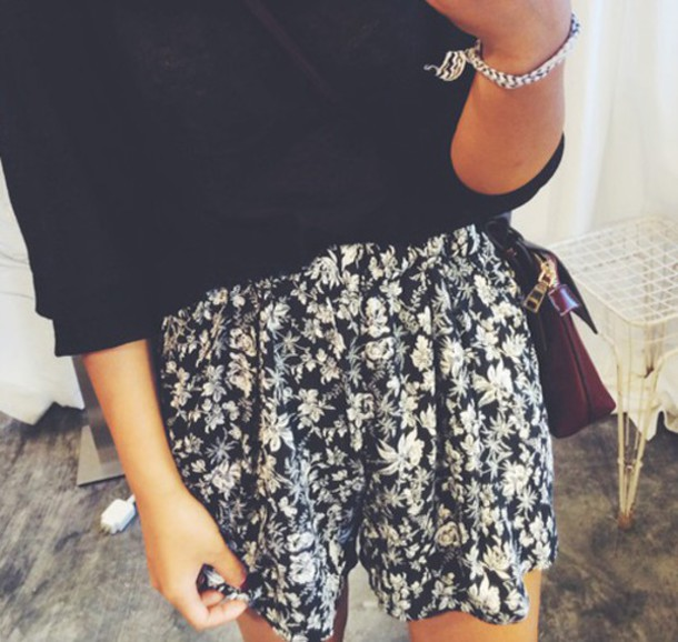 shorts summer summer oufit beach beach shorts flowers floral cute black white b&w bw grugne vintage hipster boho bohemian vogue chanel. quote on it internet tumblr