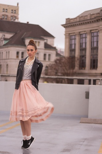 tennessee rose blogger socks pink skirt circle skirt leather jacket grey t-shirt nike sneakers dusty pink jacket jewels skirt t-shirt shoes