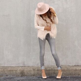 coat fall outfits fall looks fall look blush top blush blush pink grey jeans skinny jeans gray skinny jeans grayish skinny jeans blush hat blush pink hat blush pink vest vest fur vest faux fur faux fur vest blush vest blush fur vest blush purse blush pink purse