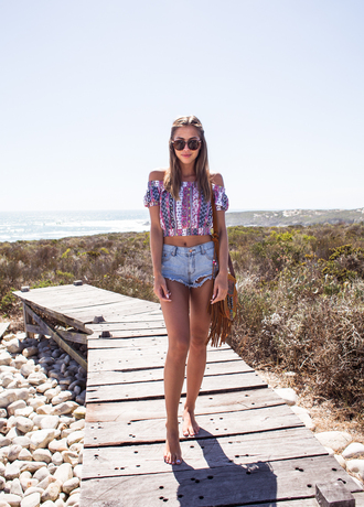 kenza blogger top denim shorts ripped shorts off the shoulder fringed bag summer outfits