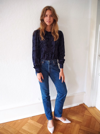 trine'swardrobe blogger shirt jeans shoes blue top blouse blue blouse blue jeans mom jeans slingbacks white shoes flats