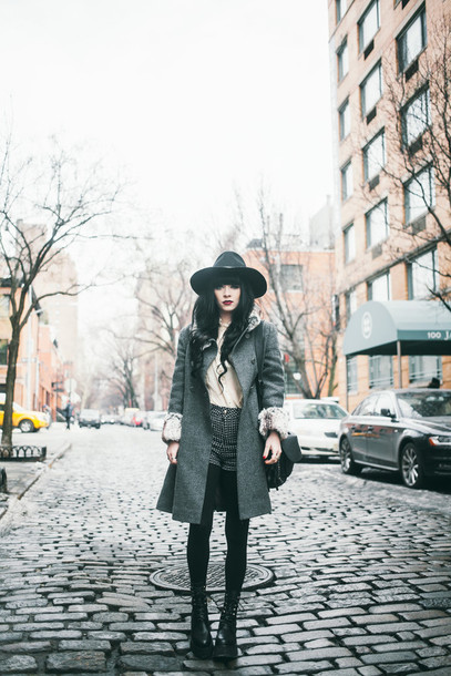 jag lever blogger shorts blouse grey coat winter outfits shoes coat