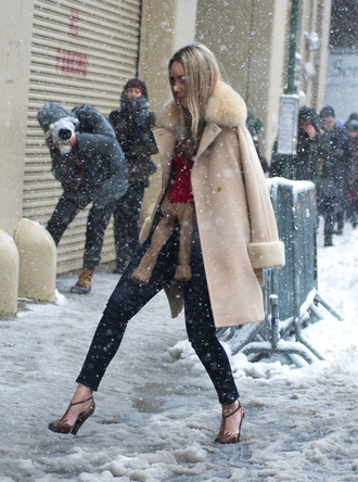 coat nyfw 2017 fashion week 2017 fashion week streetstyle camel camel coat fur collar coat denim jeans black jeans skinny jeans heels high heels winter outfits winter look