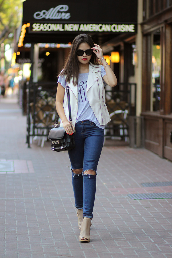 fake leather blogger jacket t-shirt jeans shoes sunglasses jewels
