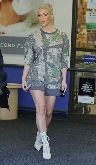 t-shirt camouflage shorts ankle boots kim kardashian kardashians streetstyle