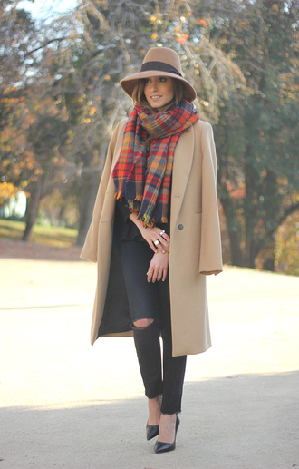 besugarandspice blogger hat camel coat ripped jeans shoes