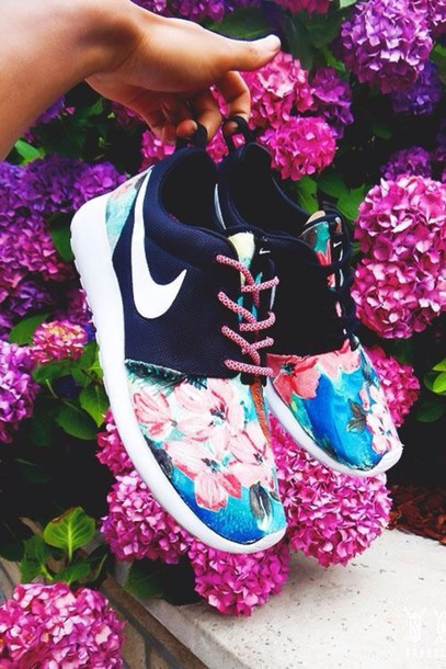 shoes nike running shoes nike running shoes floral pink navy colorful tennis shoes bag nike roshe run roshe runs nike roshes floral black colorful color/pattern blue floral shoes nike roshe run floral