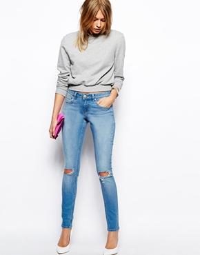 ASOS | ASOS - Whitby - Jean skinny taille basse avec genoux déchirés - Délavé léger bleu aquarelle chez ASOS