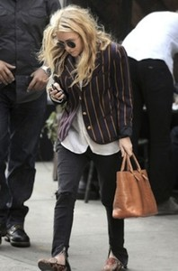 black jeans white blouse black sunglasses brown shoes mary kate olsen olsen olsens