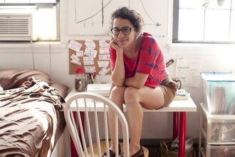 top ilana glazer celebrity celebrity style pink top printed top shorts brown shorts glasses