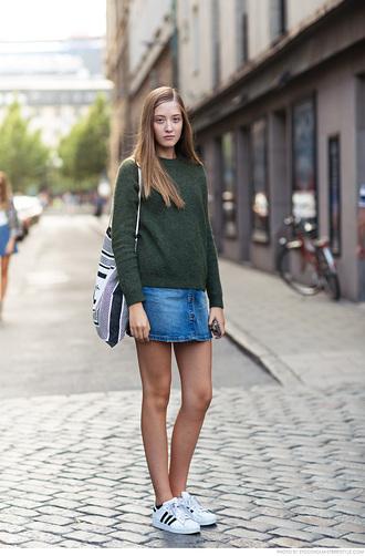 carolines mode blogger denim skirt fall sweater boho bag mini skirt hipster forest green
