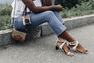 millennielle blogger jeans top shoes sandals mid heel sandals summer outfits