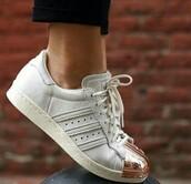shoes,adidas shoes,adidas,adidas superstars,adidas originals,gold shoes,white shoes,sport shoes,adidas metalic toe,metalic shoes