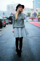 je suis monika,blogger,skater skirt,grey sweater,hat