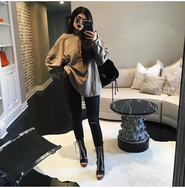 Kylie Jenner Bedroom Bedspread: Jeans, Black, Kylie Jenner, Sweater, Oversized Sweater