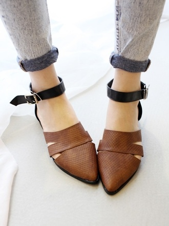 shoes brown brown shoes pointy toe shoes buckles black shoes cut-out sandals straps leather strappy flats classy elegant chic modern strappy sandals minimalist shoes flat shoes ankle strap flats pointy toe flats black and brown