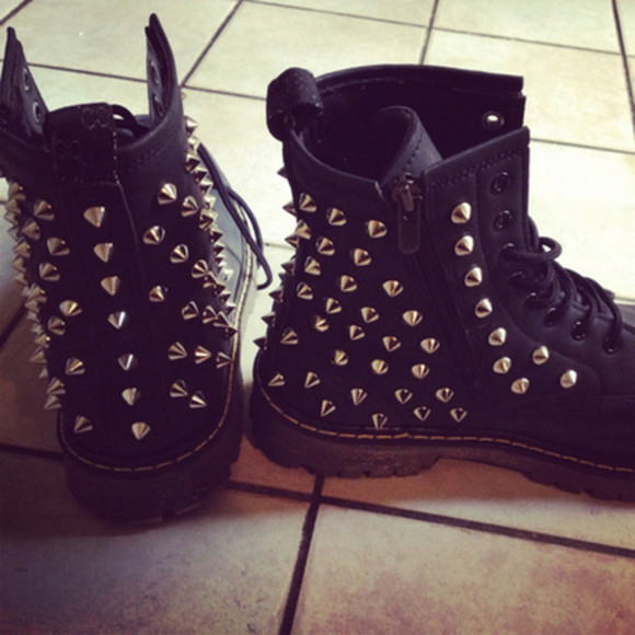 studded shoes black ankle boots shoes hipster pyramid studs biker boots gorgeous boots spiked shoes clothes black combat boots studded boots goth grunge fashion celebrities studs black boots spikes rivet shoes comfy black boots black studs grunge silver biker
