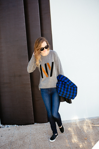 side smile style blogger jeans grey sweater new york city vans
