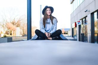 eliska h. time to fit | fashion & fitness blogger grey coat supreme
