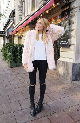 jeans pink faux fur coat white shirt black boots blogger black ripped jeans