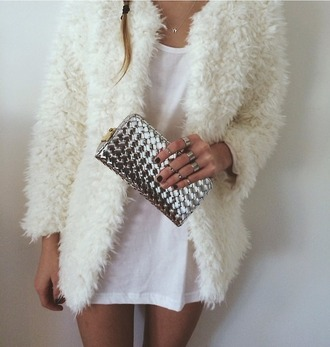coat pelage fur clutch classy fluffy 90s style white pretty jacket warm jacket outerwear silver sexy skinny hipster winter coat necklace ring sweater silver ring bag jewels white coat winter outfits warm vintage coat bond wite white jacket cold cute t-shirt dress white dress wool dress cardigan fur coat vintage chic edgy grunge furry coat purse portemonnaie tumblr money white fluffy coat