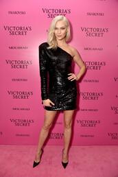 dress,asymmetrical,one shoulder,black dress,pumps,model