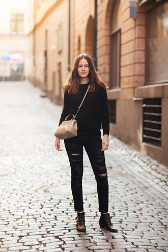 carolines mode blogger black sweater black ripped jeans