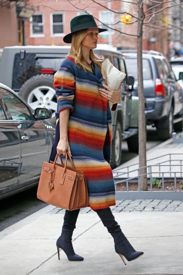 coat colorful hat rosie huntington-whiteley streetstyle