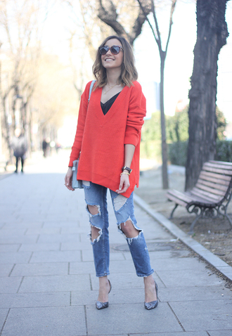 besugarandspice blogger ripped jeans v neck red sweater sweater jeans jewels shoes