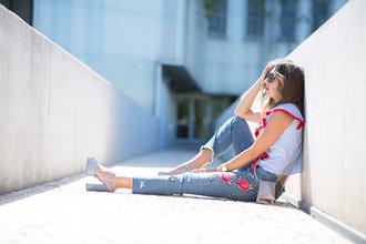 mi aventura con la moda blogger top jeans sunglasses shoes embroidered blue top high heel sandals chunky heels