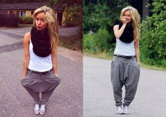 pants jogging grey white shirt black black scarf sweatpants white jeans outfit