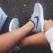shoes,black and white,nike sneakers,nike,nike roshe run,run,speckled,pale,grey,black,white