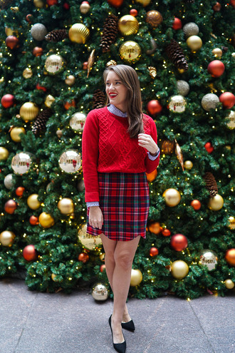 covering bases curvy blogger sweater t-shirt skirt dress shoes jewels make-up jacket shirt pants belt red cable knit sweater holiday season christmas