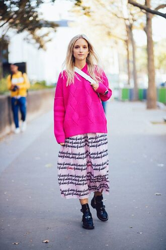 the fashion guitar blogger skirt sweater shoes bag pink sweater spring outfits boots midi skirt